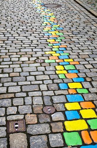 bunte Steine auf der Straße Natur blau Stadt Farbe schön grün gelb Kunst orange Linie Metall Verkehr Platz malen