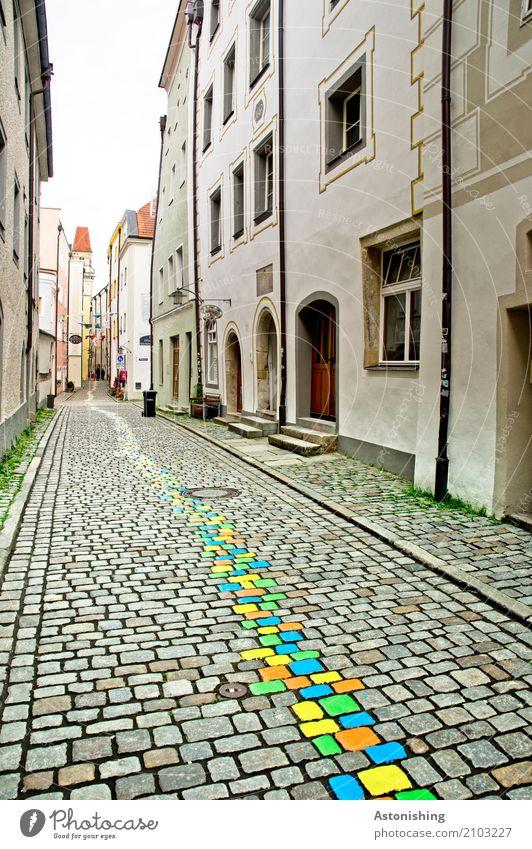 bunte Steine im Zentrum Kunst Maler Umwelt Natur Himmel Wolken Passau Stadt Stadtzentrum Altstadt Haus Kirche Turm Mauer Wand Fassade Fenster Tür Dach Verkehr
