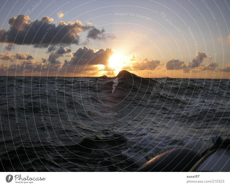 1000 Tage und Nächte auf See Wellen Wasserfahrzeug Schlauchboot Meer unruhig Wellengang Sonnenuntergang Nordsee fahren Abendsonne Himmel Wolken Dämmerung
