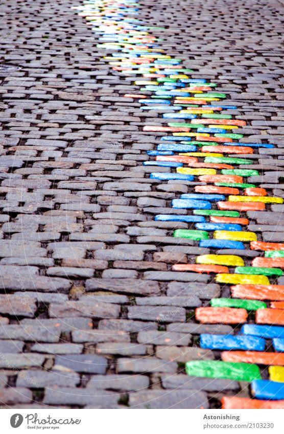 bunte Steine in einer Linie Kunst Maler Umwelt Natur Passau Stadt Platz Verkehr Straße schön blau mehrfarbig gelb grau grün orange Farbe Streifen Pflastersteine