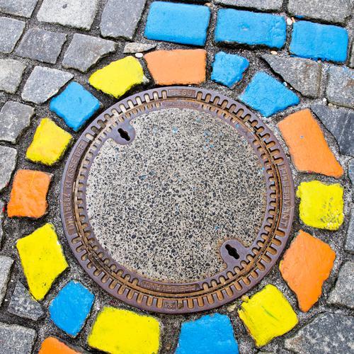 bunte Steine im Kreis blau Stadt Straße gelb Kunst grau Metall Dekoration & Verzierung Platz rund Pflastersteine Maler Gully Passau