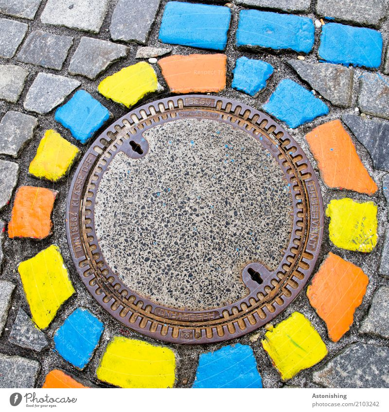 bunte Steine im Kreis Kunst Maler Passau Stadt Platz Straße blau mehrfarbig gelb grau Gully rund Pflastersteine Dekoration & Verzierung Metall Detailaufnahme