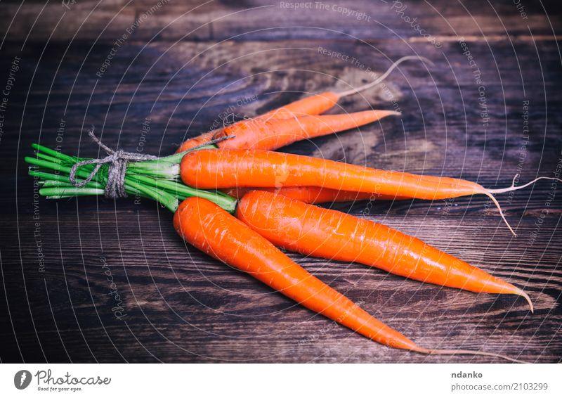 Frische Karotten mit einem Seil gebunden Gemüse Ernährung Essen Vegetarische Ernährung Diät Tisch Natur Pflanze Blatt Holz frisch natürlich grün reif nützlich