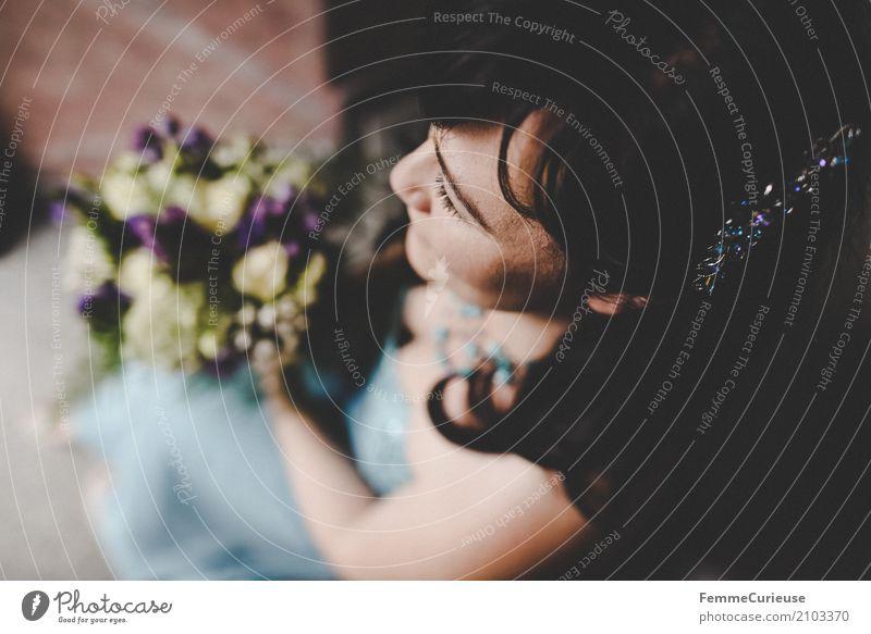 Love is in the air (50) feminin Frau Erwachsene 1 Mensch 18-30 Jahre Jugendliche 30-45 Jahre schön Braut Brautkleid Blumenstrauß Haarschmuck schwarzhaarig