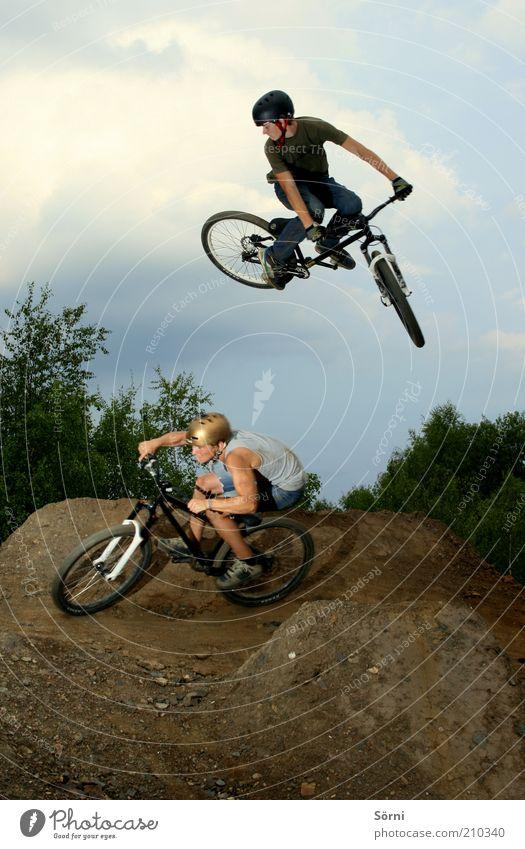 Nitro Circus Lifestyle Freude Freizeit & Hobby Extremsport Fahrradfahren springen Mensch maskulin Junger Mann Jugendliche Freundschaft 2 drehen Spielen Sport