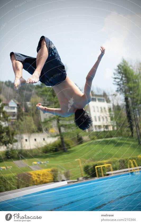 den Absprung geschafft Mensch Natur Jugendliche Wasser Himmel grün blau Sommer Freude Wolken Sport Leben Erholung Wiese springen