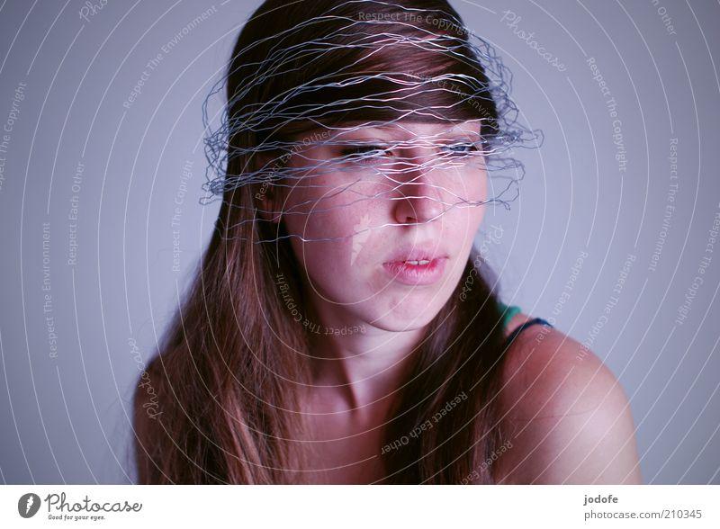 verdrahtet Frau Mensch Jugendliche Gesicht feminin Stil träumen Mode Erwachsene modern Hut brünett ausdruckslos Draht langhaarig