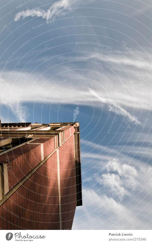 Wolken ziehn vorbei Umwelt Himmel Sommer Schönes Wetter Wind Haus Bauwerk Gebäude Architektur Mauer Wand Fassade Fenster beobachten leuchten Blick träumen