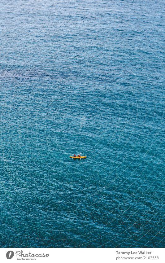 Teamarbeit auf tiefem Blau Lifestyle Abenteuer Meer Sport Erfolg Natur Wasser Erde Nordsee Schwimmen & Baden authentisch Ferne blau orange Mut Einsamkeit Stolz