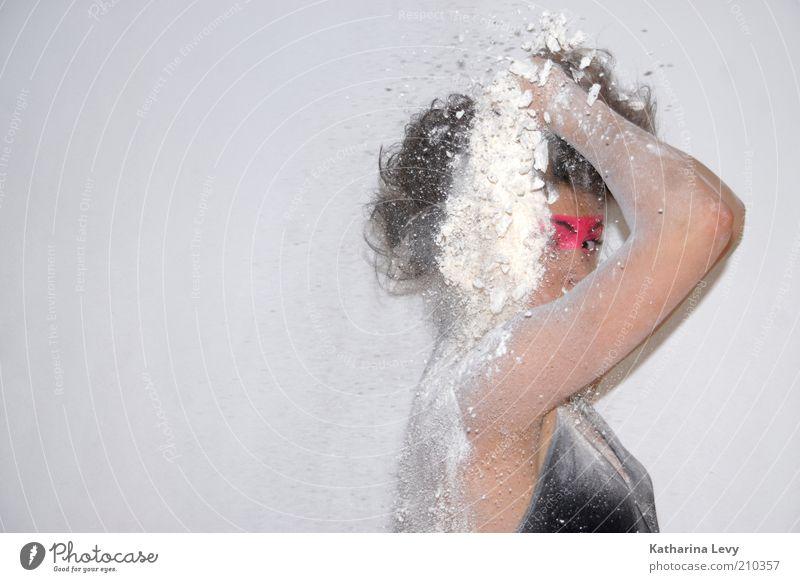 Schnee von gestern Mensch Jugendliche weiß schwarz feminin dreckig Erwachsene rosa verrückt wild außergewöhnlich trashig Schminke Kosmetik brünett