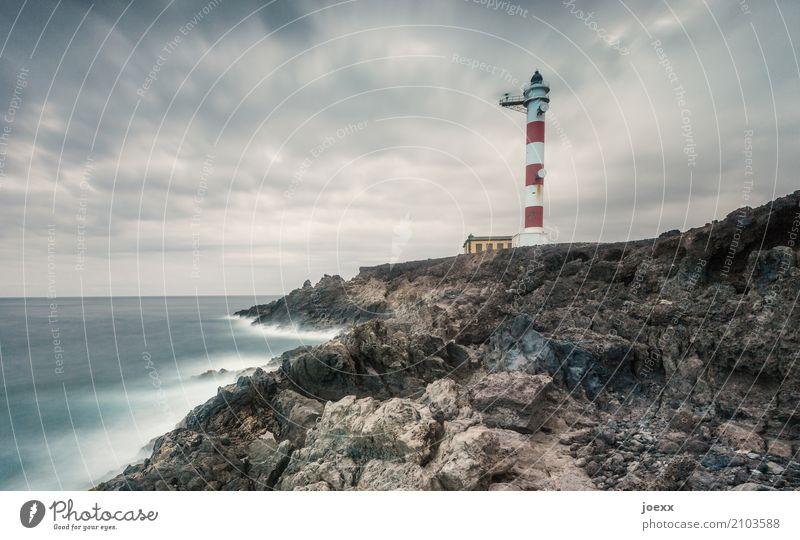 Weiter atmen Wasser Wolken Horizont Felsen Wellen Küste Frankreich Leuchtturm groß Unendlichkeit maritim blau braun rot weiß Sicherheit Schutz Farbfoto