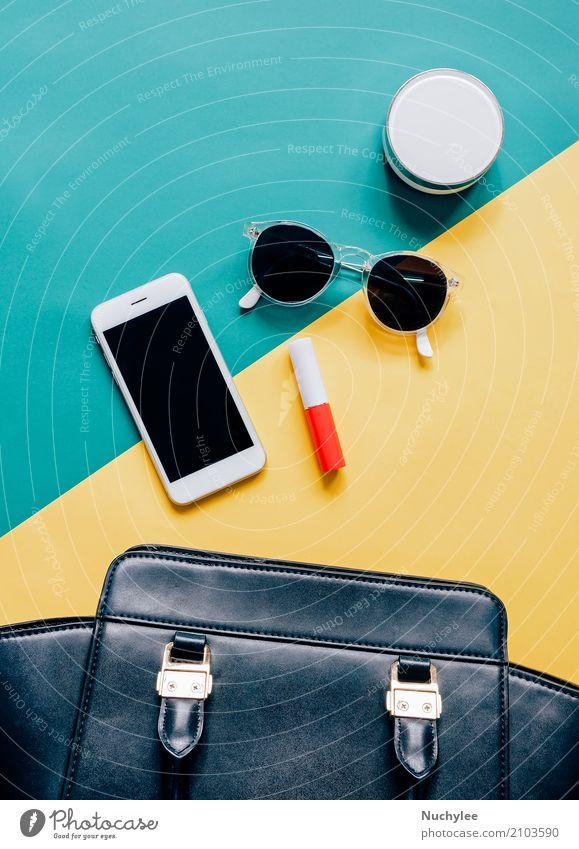 Flaches Layout der Frauentasche nach außen offen mit Kosmetik elegant Stil Design schön Schminke Lippenstift Ferien & Urlaub & Reisen Telefon PDA