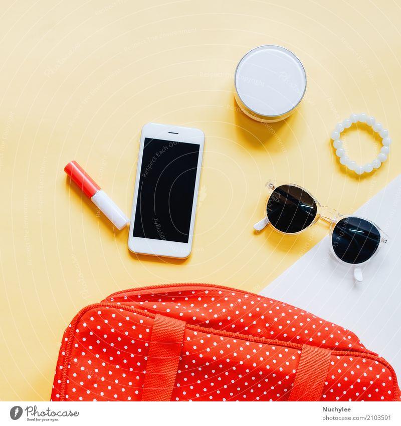 Flaches Layout der Frauentasche nach außen offen mit Kosmetik elegant Stil Design schön Haut Schminke Lippenstift Ferien & Urlaub & Reisen Telefon PDA