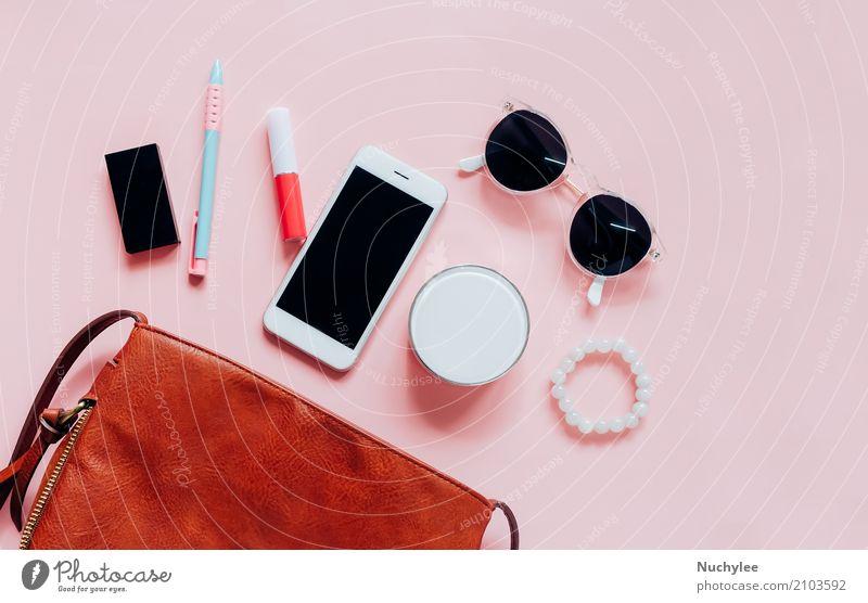 Flache Lage der ledernen Frauentasche öffnen mit Kosmetik elegant Stil Design Haut Schminke Lippenstift Ferien & Urlaub & Reisen Telefon PDA