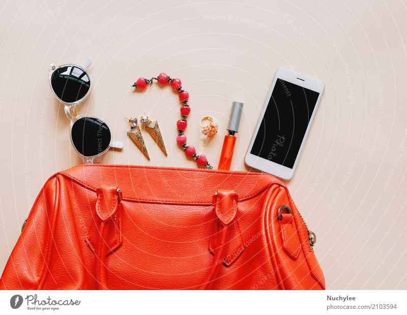 Frau Ferien & Urlaub & Reisen schön Farbe rot Erwachsene gelb feminin Stil Mode Design hell modern Aussicht elegant Technik & Technologie