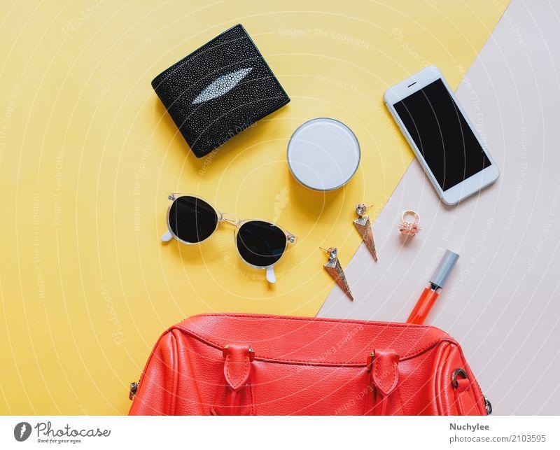 Frauentasche öffnen mit Kosmetik Ferien & Urlaub & Reisen Farbe schön rot Erwachsene gelb feminin Stil Mode Design hell modern elegant Technik & Technologie