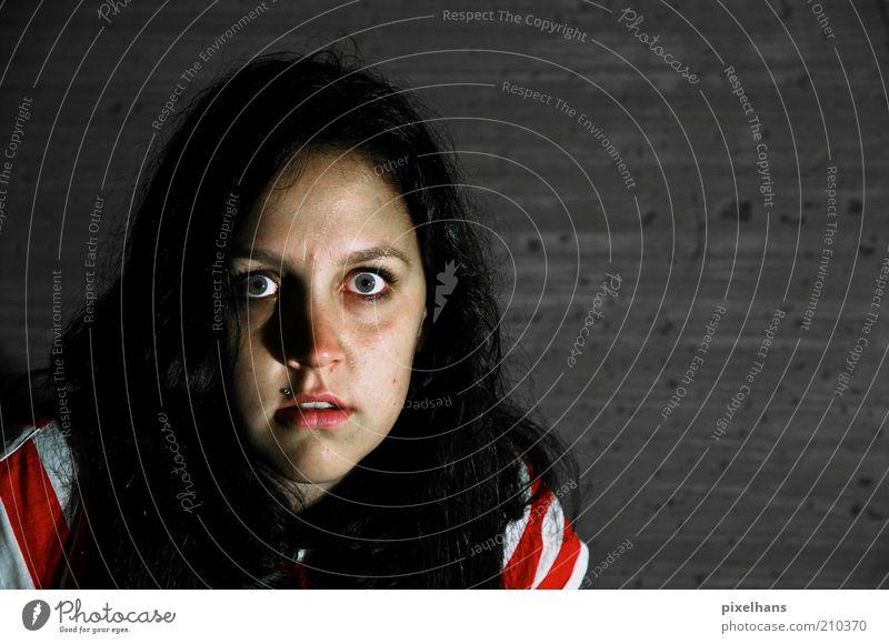 ich habe ES gesehen... Frau Mensch Jugendliche weiß rot schwarz dunkel feminin Wand Haare & Frisuren Kopf Stein Mauer Angst dreckig Erwachsene