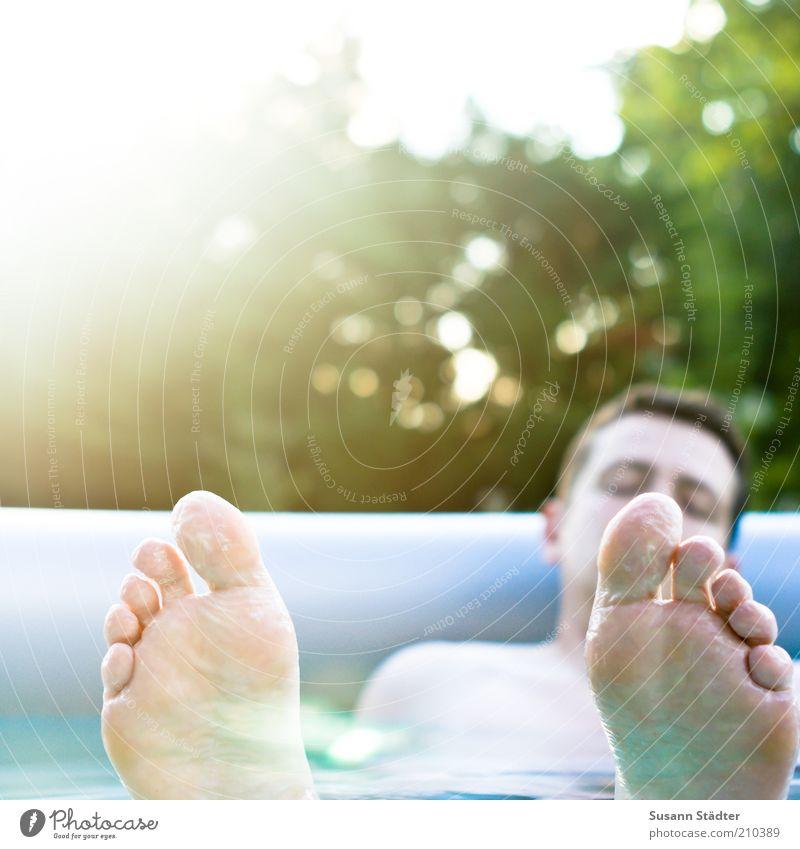 Endlich Wochenende! Mann Jugendliche Ferien & Urlaub & Reisen ruhig Erwachsene Erholung Garten Fuß Wellen Freizeit & Hobby Schwimmen & Baden maskulin schlafen