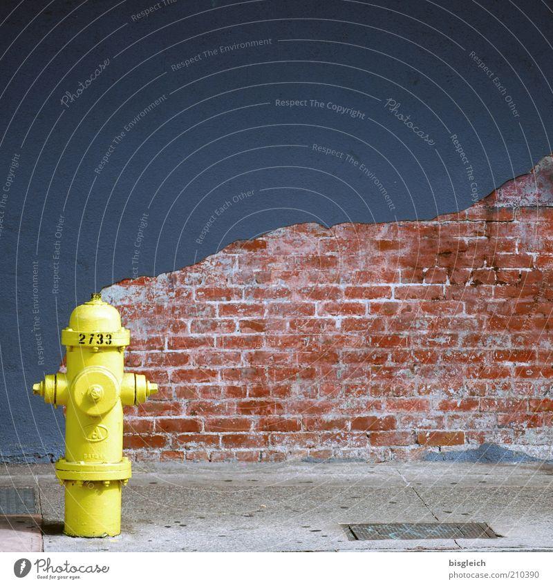 Wasserwacht Hydrant Wand Mauer Backstein Straße USA Amerika gelb Fassade Putz Backsteinwand Bürgersteig Menschenleer Textfreiraum oben Textfreiraum rechts