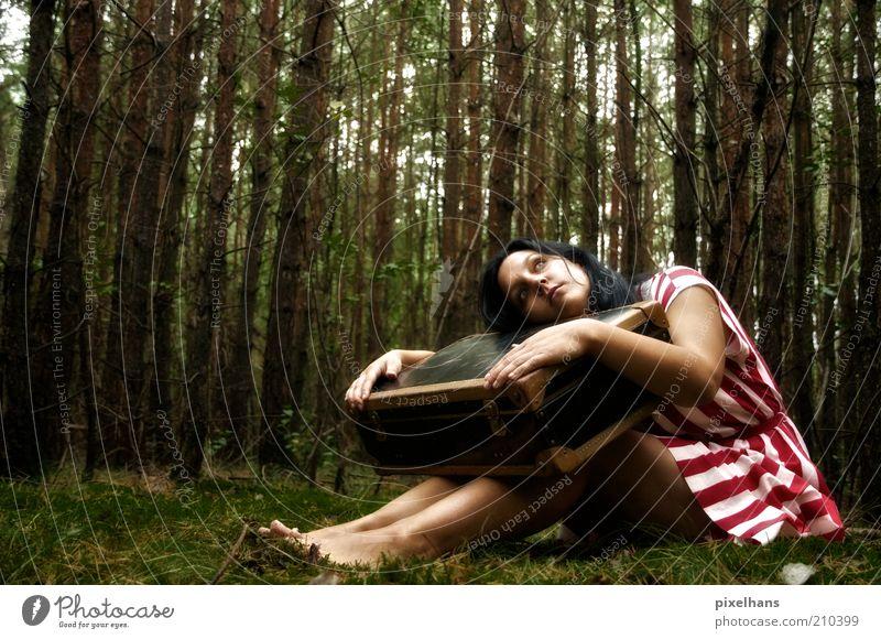 lonesome... feminin Junge Frau Jugendliche Erwachsene 1 Mensch 18-30 Jahre Natur Erde Sommer Baum Gras Moos Grünpflanze Wald Kleid Koffer schwarzhaarig