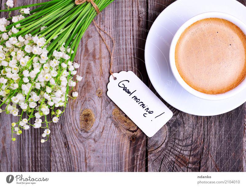 Tasse Cappuccino und Blumenstrauß Frühstück Kaffeetrinken Heißgetränk Espresso Becher Tisch Restaurant Holz Blühend frisch gut heiß oben retro braun grau