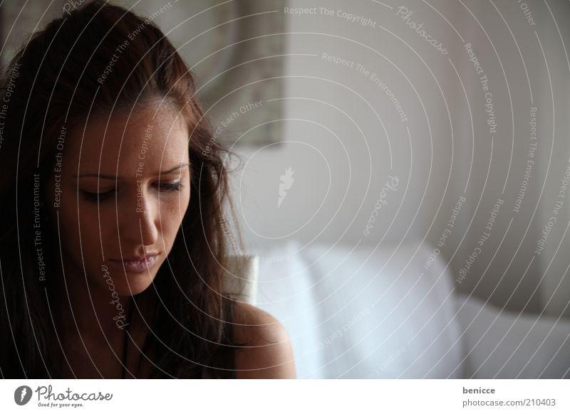 Einsam Mensch Frau Einsamkeit Traurigkeit Denken Wohnung nachdenklich Junge Frau Sofa brünett Wohnzimmer Abenddämmerung langhaarig Europäer Morgen Porträt