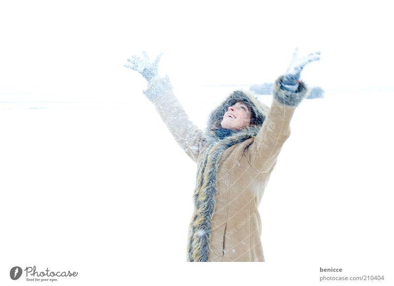 es wintert Frau Mensch Schnee Schneefall Winter lachen Lächeln Freude Mantel Wintermantel Kapuze schön Natur attraktiv kalt Arme Hand hoch oben Blick