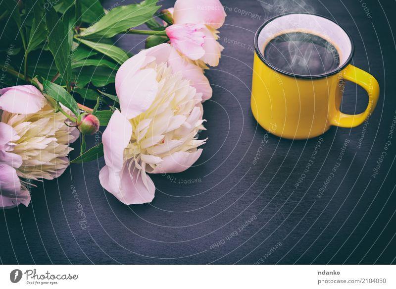 Schwarzer Kaffee in einem gelben Becher Frühstück Kaffeetrinken Getränk Espresso Tasse Tisch Restaurant Blume Blumenstrauß Holz frisch heiß oben retro rosa