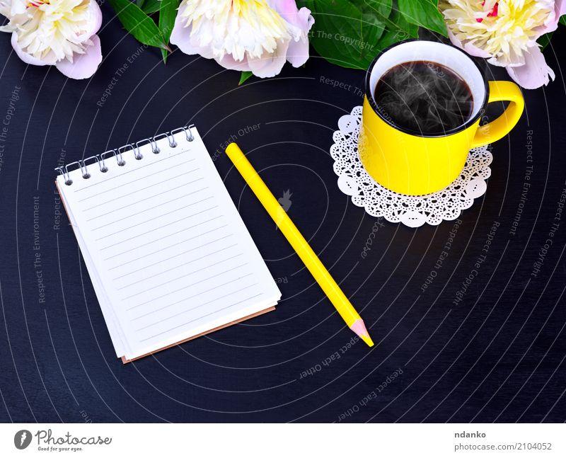 Leeres Notizbuch und gelber Becher Frühstück Kaffeetrinken Heißgetränk Tasse Natur Pflanze Blume Papier Holz heiß hell oben rosa schwarz weiß Notebook Bleistift