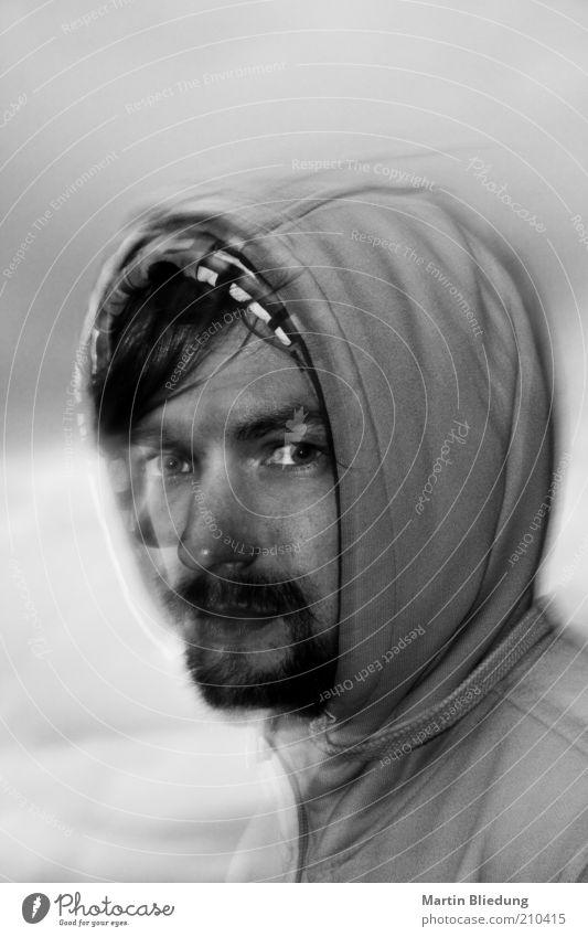 portrait#2 maskulin Junger Mann Jugendliche Erwachsene 1 Mensch 18-30 Jahre Kapuze beobachten Bewegung Blick träumen warten außergewöhnlich dunkel schwarz weiß