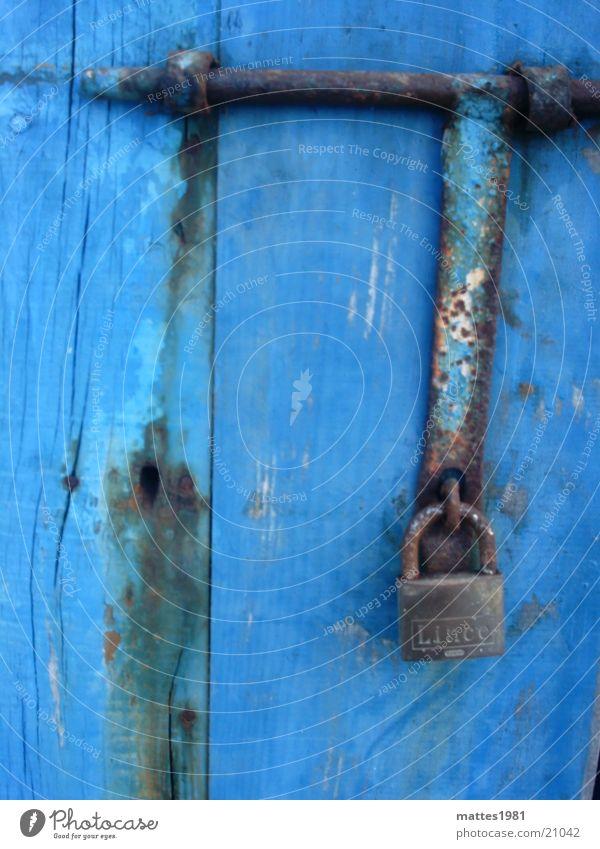 abhängen Vorhängeschloss Sicherheit bombensicher geschlossen Defensive veraltet Dinge Rost blau Holztür schäbig verwittert kobaltblau Schutz