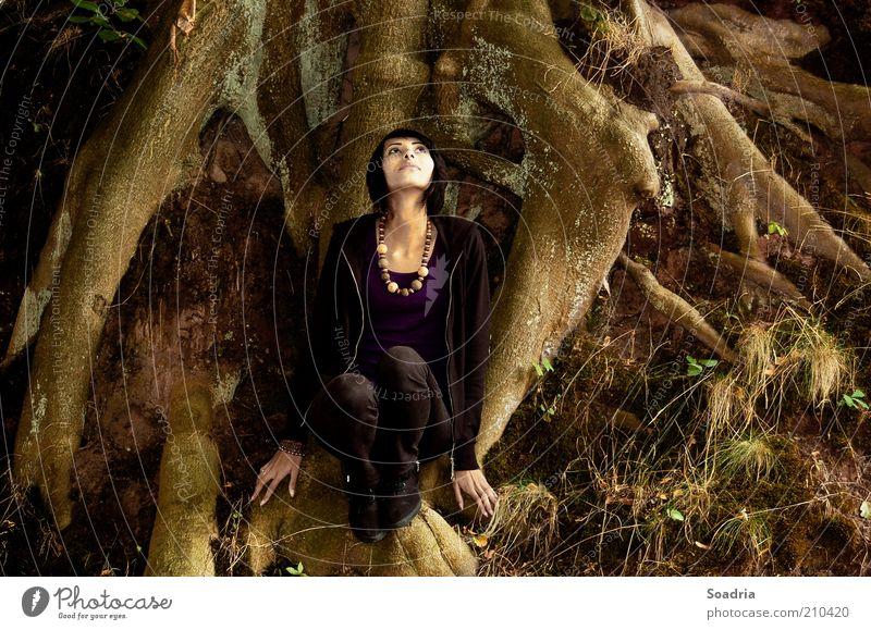 I know a place where we are not known. exotisch Mensch Junge Frau Jugendliche Erwachsene 1 18-30 Jahre Natur Baum festhalten hocken ästhetisch dunkel schön