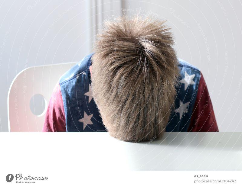 Frust Kindererziehung Bildung Schule Schulkind Junge Kopf Haare & Frisuren 1 Mensch 8-13 Jahre Kindheit T-Shirt blond authentisch blau rot Gefühle Langeweile