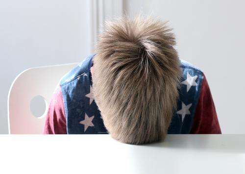 Frust Mensch Kind blau rot Traurigkeit Gefühle Junge Familie & Verwandtschaft Haare & Frisuren Schule Kopf blond Kindheit Kommunizieren authentisch lernen