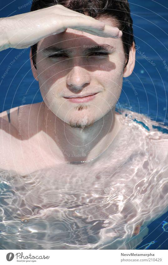 Aye Käpt'n Wasser Gesicht Porträt blau zusammengekniffen Männerhand Schatten Barthaare Tattoo Nackte Haut Freundlichkeit Blick in die Kamera Wetterschutz