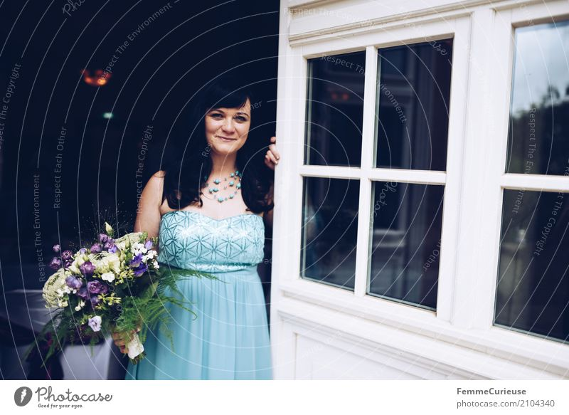 Love is in the air (74) feminin Frau Erwachsene 1 Mensch 18-30 Jahre Jugendliche 30-45 Jahre schön Braut Brautkleid blau Blumenstrauß Pailletten Halskette