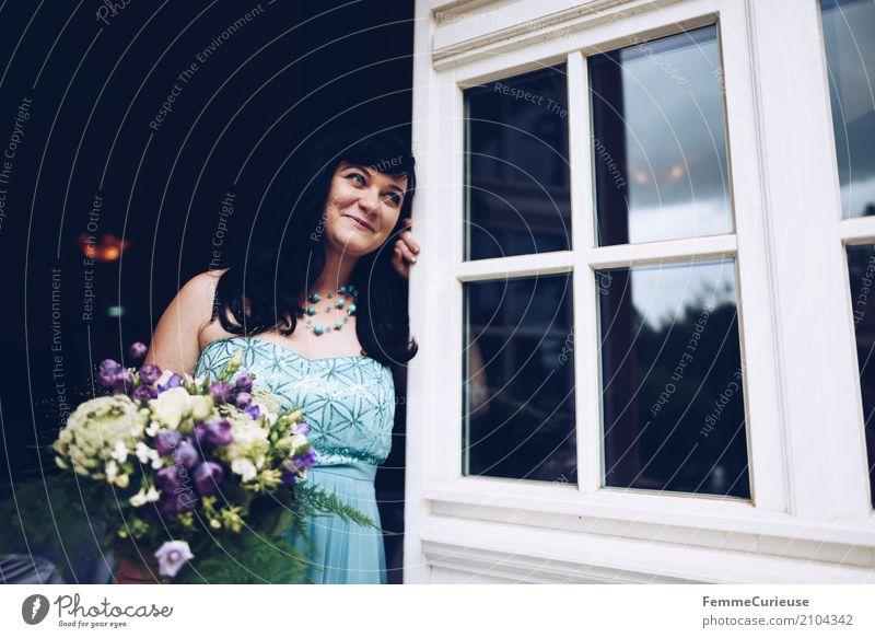 Love is in the air (19) feminin Frau Erwachsene Mensch 18-30 Jahre Jugendliche 30-45 Jahre schön Braut Brautkleid Blumenstrauß blau Pailletten festlich elegant
