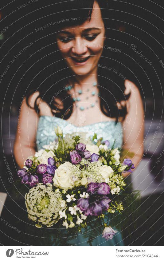 Love is in the air (39) feminin Frau Erwachsene 1 Mensch 18-30 Jahre Jugendliche 30-45 Jahre schön Blumenstrauß Braut Brautkleid blau schwarzhaarig Halskette