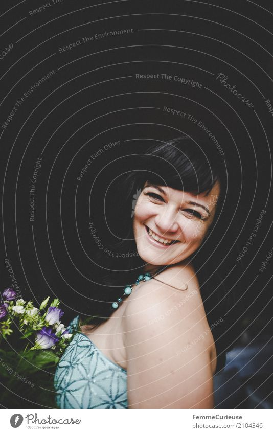 Love is in the air (42) feminin Frau Erwachsene 1 Mensch 18-30 Jahre Jugendliche 30-45 Jahre schön Glück Freude Lächeln Braut Brautkleid Pailletten Blumenstrauß