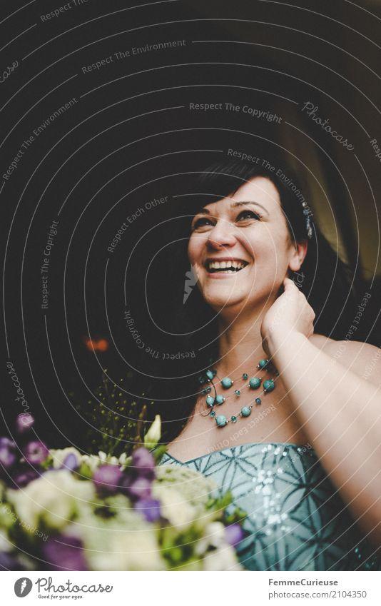 Love is in the air (06) Mensch Frau Jugendliche blau Junge Frau Hand 18-30 Jahre Erwachsene Liebe feminin lachen Glück Feste & Feiern Hochzeit Kleid