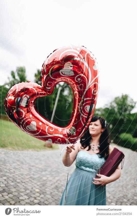 Love is in the air (69) feminin Frau Erwachsene 1 Mensch 18-30 Jahre Jugendliche 30-45 Jahre Glück Symbole & Metaphern herzförmig Herz Luftballon herzlich Liebe