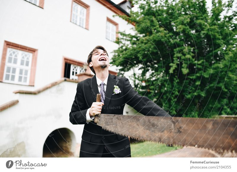Love is in the air (05) maskulin Mann Erwachsene 1 Mensch 18-30 Jahre Jugendliche 30-45 Jahre Glück Bräutigam Liebe Ehe Hochzeit Tradition Säge Baumstamm Freude