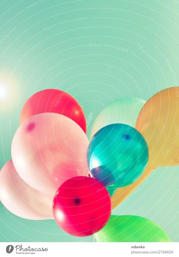 Mehrfarbige Ballone in der Sonne Freude Glück Sommer Dekoration & Verzierung Entertainment Feste & Feiern Geburtstag Himmel Luftballon hell blau grün rot weiß
