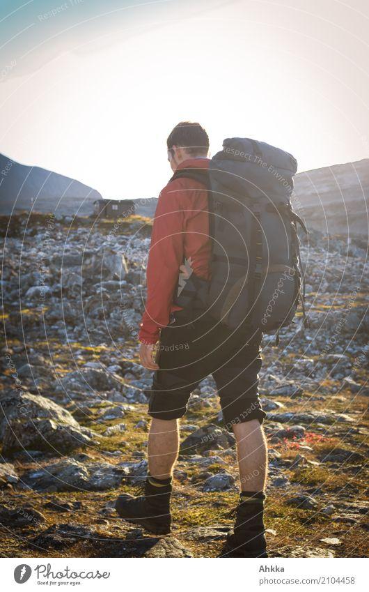 Porträt eines jungen Mannes mit Wanderrucksack, Norwegen Natur Ferien & Urlaub & Reisen Jugendliche Junger Mann Einsamkeit Wege & Pfade Bewegung Freiheit Felsen