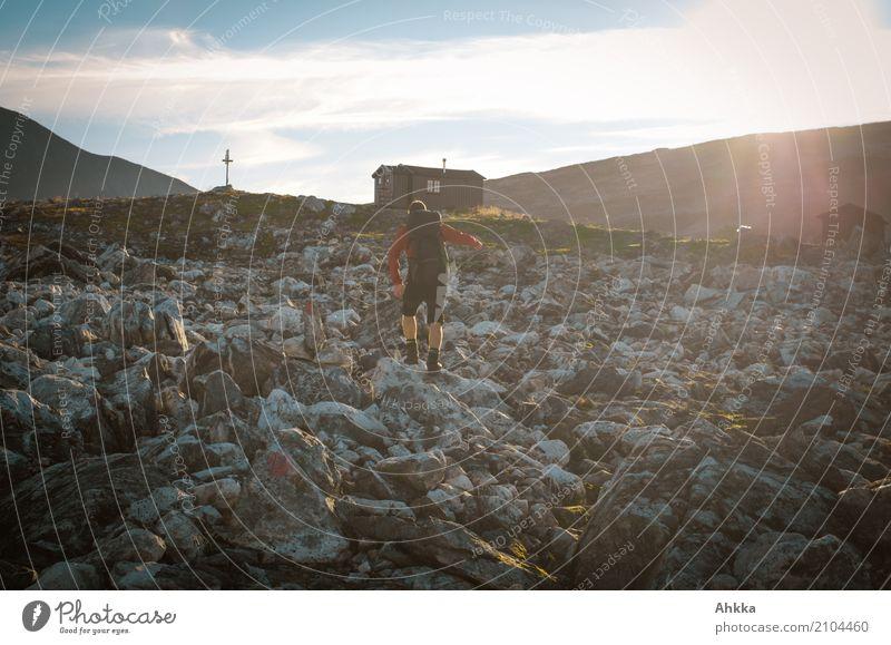 Steiniger Weg zu einer Hütte in Skandinavien Ferien & Urlaub & Reisen Abenteuer wandern Sportler Junger Mann Jugendliche Natur Hügel Felsen Norwegen eckig viele