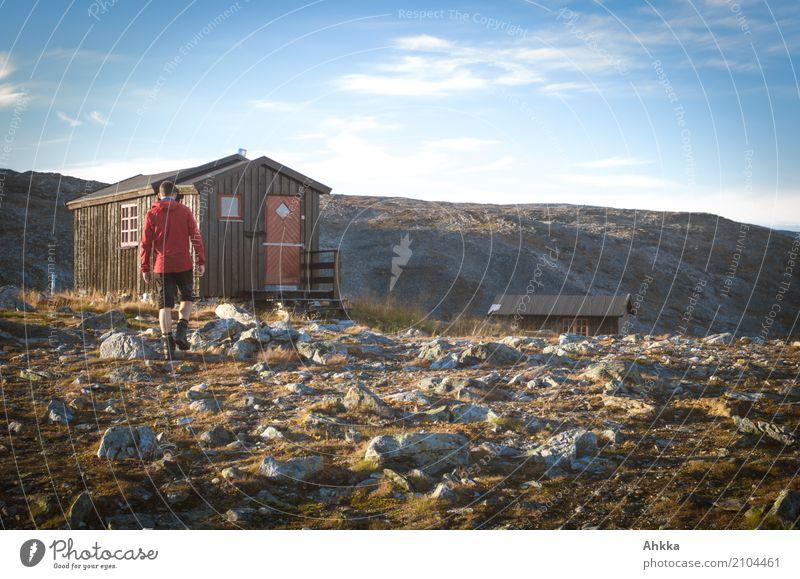Holzhütte in karger Landschaft in Norwegen mit jungem Mann Himmel Natur Ferien & Urlaub & Reisen Jugendliche Junger Mann Berge u. Gebirge Herbst Wege & Pfade