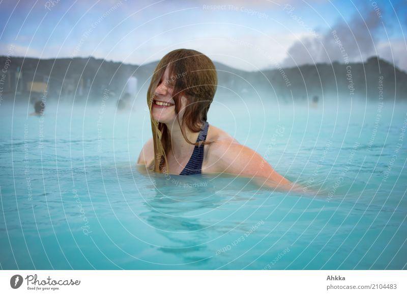 Junge Frau lacht in der Blauen Lagune Freude Glück schön Wellness Leben harmonisch Wohlgefühl Zufriedenheit Sinnesorgane Erholung ruhig Schwimmbad