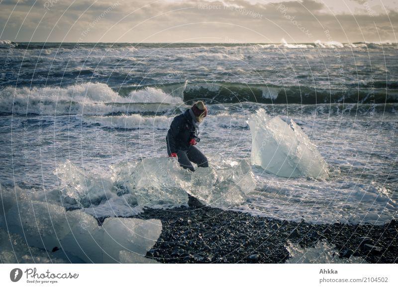 Nicht ganz freiwilliger Eismeerkontakt Mensch Natur Wasser Meer Ferne Leben kalt Küste feminin außergewöhnlich wild Horizont Angst glänzend Wellen