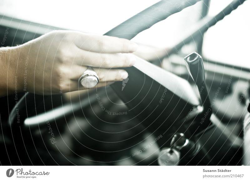 Maria lenkt den Bus feminin Hand Finger lenken Lenkrad Ring natürlich PKW fahren Verkehr Innenaufnahme Schwache Tiefenschärfe Frauenhand Autofahren