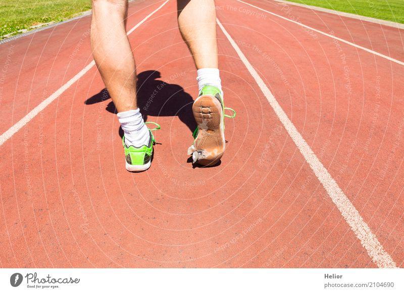 Sportler mit kaputten grünen Rennschuhen sportlich Fitness Verlierer Joggen Rennbahn maskulin Mann Erwachsene Beine Fuß 1 Mensch 30-45 Jahre Strümpfe Turnschuh